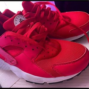 I'm selling red huaraches size 7